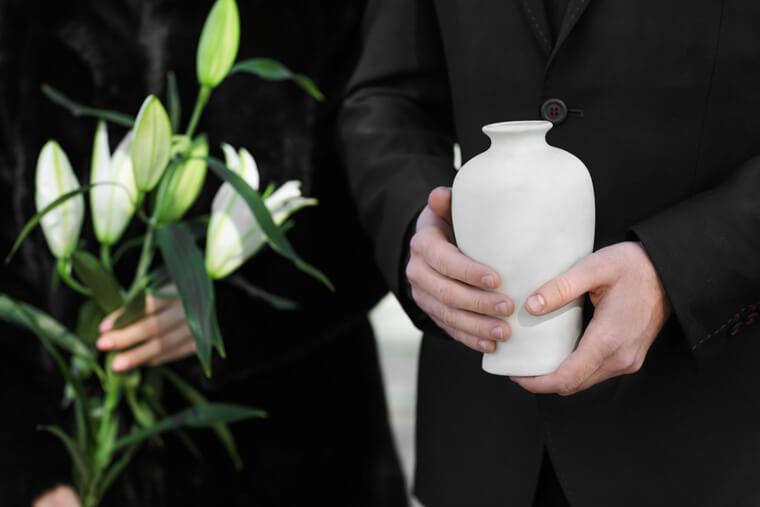 Beratung zum Urnenbegräbnis bei Bauer Georg GmbH in Arnstorf